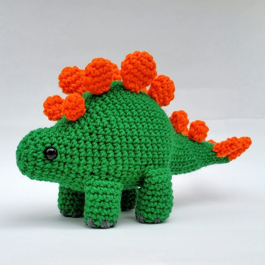 The finished amigurumi dinosaur by Noodles Crochet'